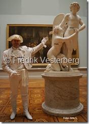 DSC02454 (1) Fredrik Vesterberg i vita 1700-talskläder Amor och Psyke av Sergel med namn