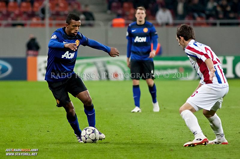 Nani (stanga) incearca sa treaca de Adrian Salageanu (23) in timpul meciului dintre FC Otelul Galati si Manchester United din cadrul UEFA Champions League disputat marti, 18 octombrie 2011 pe Arena Nationala din Bucuresti.