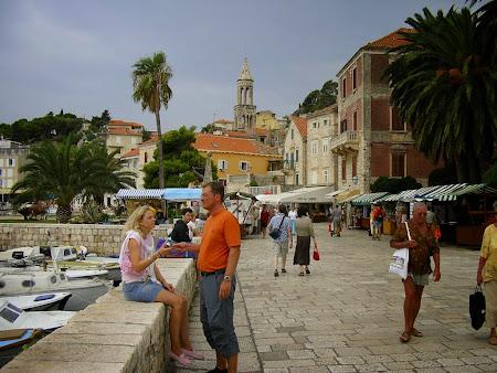 Obective turistice Hvar: pe malul apei