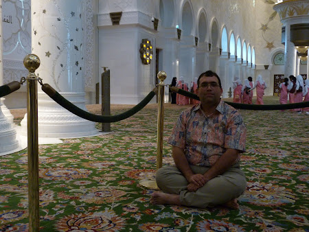 22. in moscheea Abu Dhabi.JPG