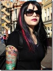 Jovem de pele clara, cabelo preto liso com mexa vermelha e braço tatuado (crédito da descrição: MIDIACE)