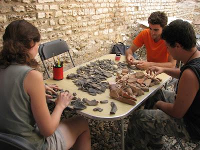 Estudiants classificant ceràmica de les excavacions del circ