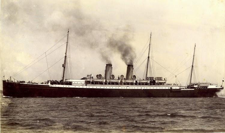 Foto del buque en estado de origen. Obsérvese los tres mástiles. Foto del buque comprada personalmente en Holanda (2).JPG