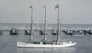 El CRUZ DEL SUR, de inmaculado blanco, entrando en el puerto de Barcelona. Del libro EMPRESA NAVIERA ELCANO. SEIS DECADAS DE HISTORIA.jpg