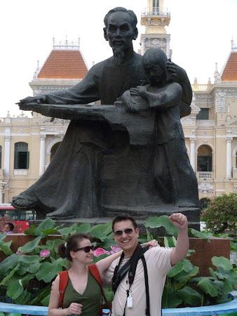 Obiective turistice Saigon: Vlad Dulea Dana Dulea la statuia unchiului Ho