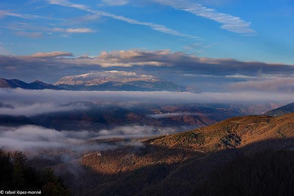 La vall de la Noguera Ribagorcana des de sobre el Pont de Suert.Al fons, el massis del Turbo (2.492 m), Prepirineus, OscaEl pont de Suert, Alta Ribagorca, Lleida