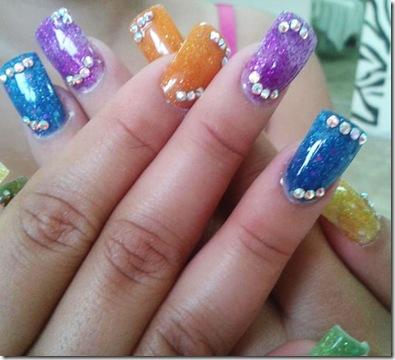 uñas con brillos bonitas azul morado y naranja