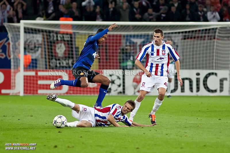 Ionut Neagu il deposedeaza pe Nani in timpul meciului dintre FC Otelul Galati si Manchester United din cadrul UEFA Champions League disputat marti, 18 octombrie 2011 pe Arena Nationala din Bucuresti.