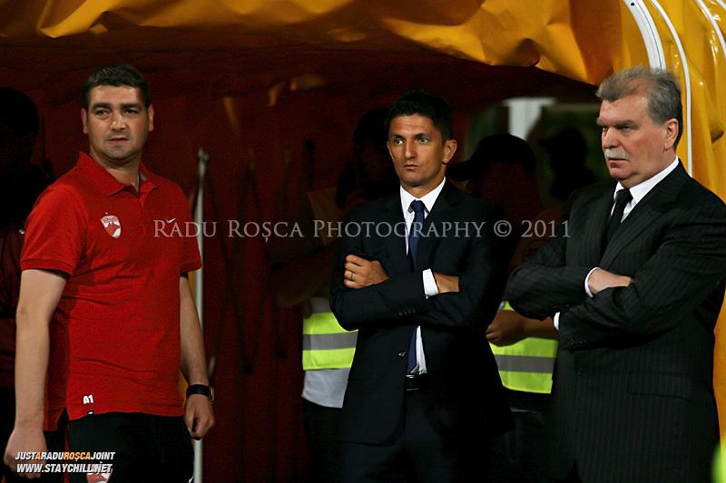 Liviu Ciubotariu, Razvan Lucescu jr si Dinu Gheorghe asteapta inceputul meciului dintre Dinamo Bucuresti si Rapid bucuresti, din cadrul etapei a VII-a a ligii 1 de fotbal, duminica, 18 septembrie pe stadionul Dinamo din Bucuresti.