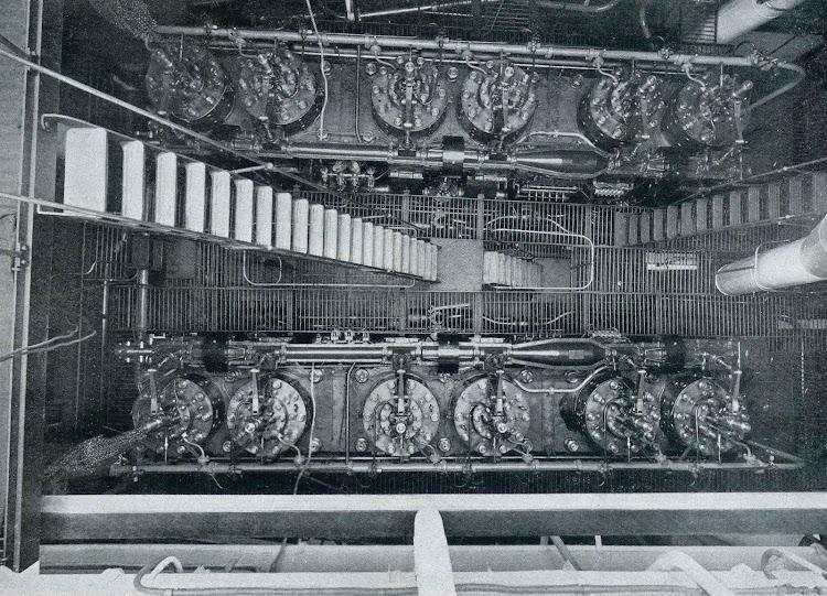 Vista de las tapas superiores de los cilindros de los dos motores Neptune. De la revista The Shipbuilder. Febrero de 1924.jpg