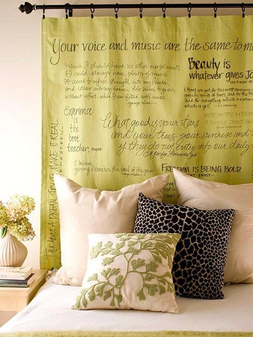 cabeceira cama box usando varão de cortinha e tecido amarelo com escritos