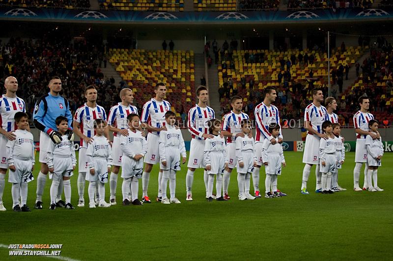 Otelul Galati la intonarea imnului inaintea inceperii meciului dintre FC Otelul Galati si Manchester United din cadrul UEFA Champions League disputat marti, 18 octombrie 2011 pe Arena Nationala din Bucuresti.