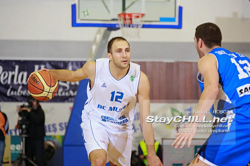 Ivan Jelenic incercand sa treaca de Zlatin Georgiev