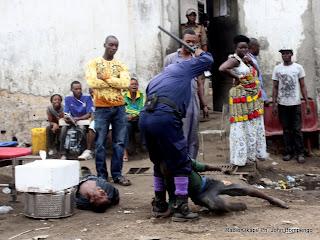 En avant plan au sol, deux adolescents victimes de la torture d'un élément de la Pnc. Radio Okapi/ Ph. John Bompengo