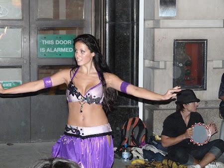 Imagini Marea Britanie: dansatoare din buric pe strada in Picadilly Circus
