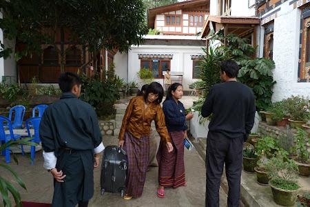 Imagini Bhutan: femei caratoare bagaje