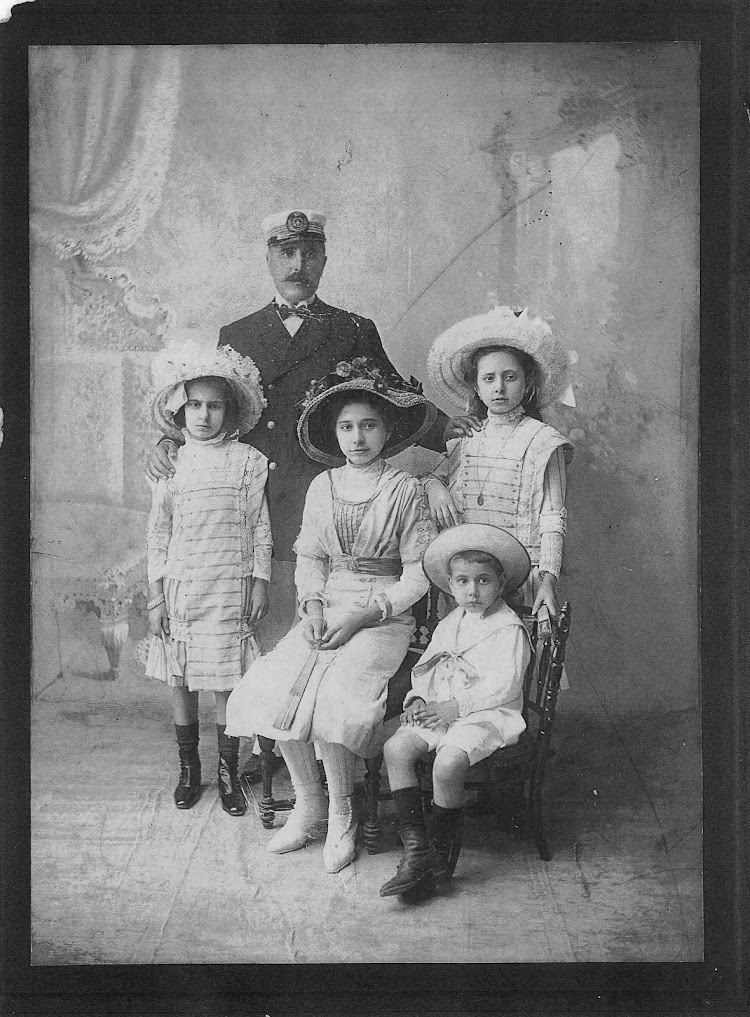 El Capitán Segarra y su familia. Foto Ana María Segarra, Ana Alezais y Ana Izquierdo. De la página web La Vila Joiosa y La Mar. Agradecimiento a Pere Garcimarin.jpg