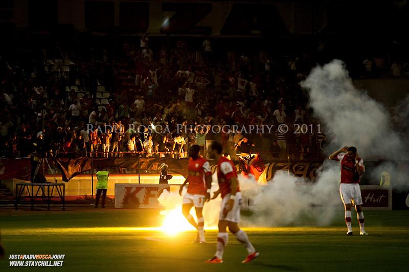 Suporterii dinamovisti arunca petarde si torte pe gazon in timpul meciului dintre Dinamo Bucuresti si Rapid bucuresti, din cadrul etapei a VII-a a ligii 1 de fotbal, duminica, 18 septembrie pe stadionul Dinamo din Bucuresti.
