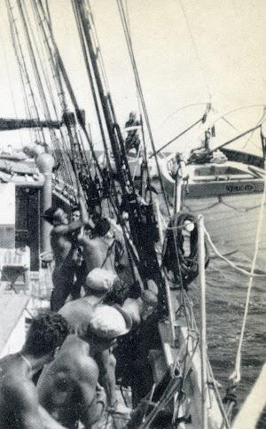 Faenas marineras a bordo del CRUZ DEL SUR. Foto del libro LA ULTIMA FRONTERA.jpg