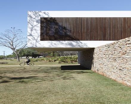 Casa minimalista y sostenible a la vez de guilherme for Casa minimalista 80 metros