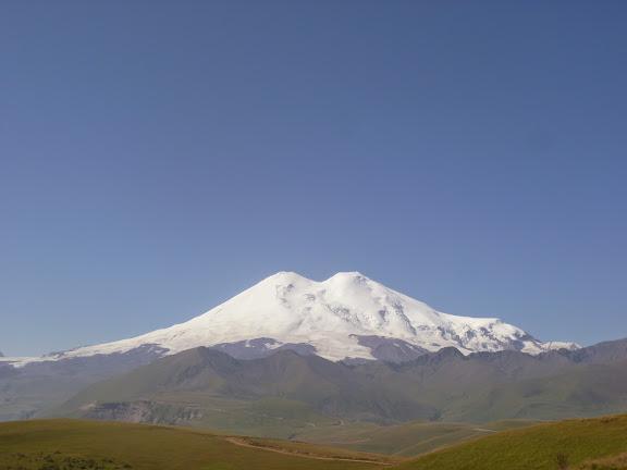 À 2000 m près de Khasaut (Karachaiévo-Tcherkessie) :<br /><br /><br /><br /><br /> vue sur la face Nord de l'Elbruz. 17 août 2014. Photo : J. Marquet