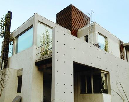 La casa amd de fachada moderna con formas planas de for Casa moderna hormigon