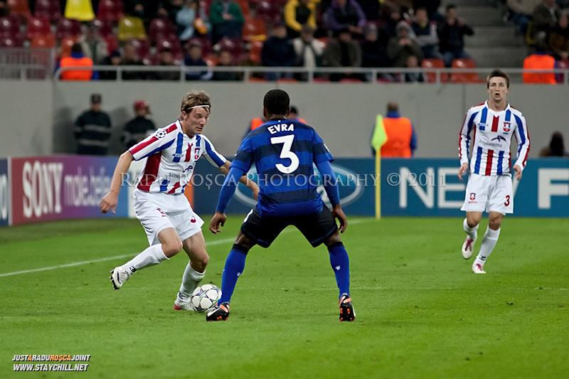 Liviu Antal (stanga) incearca sa treaca de Patrice Evra (3) in timpul meciului dintre FC Otelul Galati si Manchester United din cadrul UEFA Champions League disputat marti, 18 octombrie 2011 pe Arena Nationala din Bucuresti.