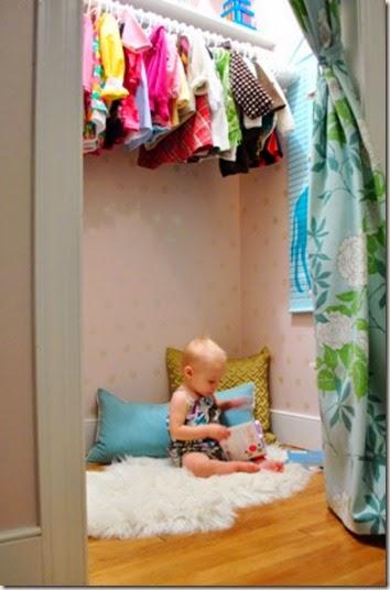 kleiderschrank-am-boden-ideen-für-leseecke-im-kinderzimmer-einrichten