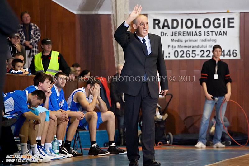 Antrenorul Deri Csaba in timpul  partidei dintre BC Mures Tirgu Mures si U Mobitelco Cluj-Napoca din cadrul etapei a sasea la baschet masculin, disputat in data de 3 noiembrie 2011 in Sala Sporturilor din Tirgu Mures.