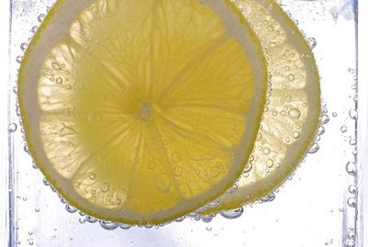 clean-your-windows-with-a-lemon-21378699