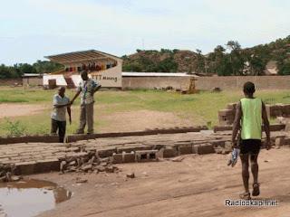 La clôture du Stade Sendwe, à Kalemie, au Katanga, écroulée par la pluie.