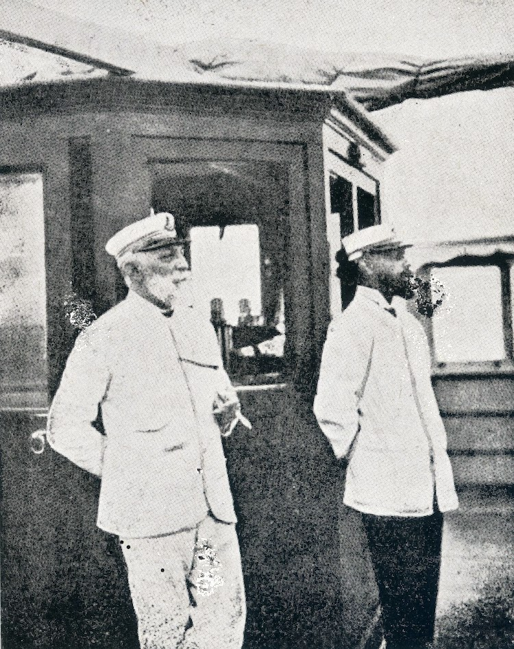 El capitan Don Ricardo Terrasa y el piloto Don Jorge Bennasar en el puente del MIRAMAR, año 1909. Del libro La Marina en las Baleares.jpg