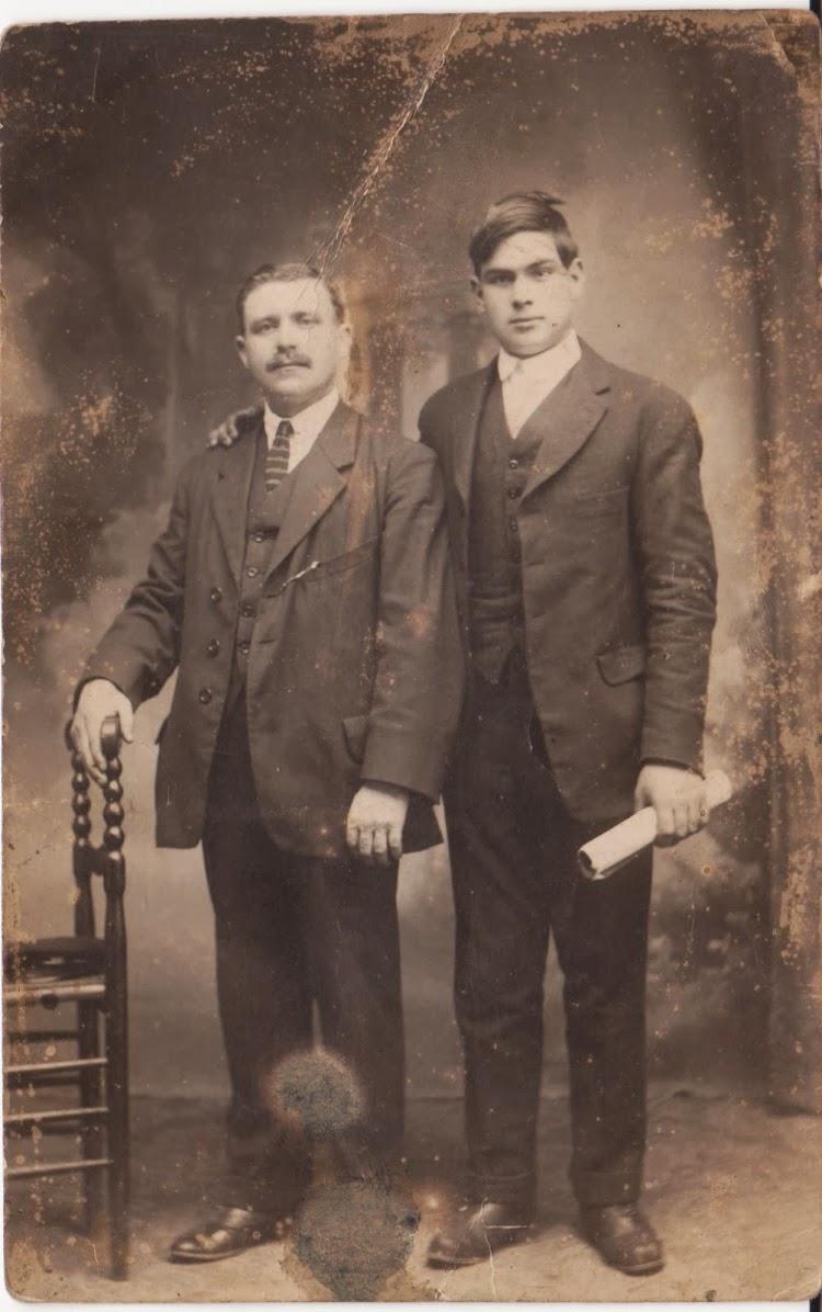 Fotografía de Indalecio y su hijo Leopoldo, enviada por este último a su madre desde Valencia el 15 de marzo de 1919, aprovechando una escala. Foto remitida por Indalecio A. Alvarez Gonzalez. Nuestro agradecimiento.jpg