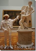 DSC02454 (1) Fredrik Vesterberg i vita 1700-talskläder hatt, läderjacka, handskar, stövlar vid Amor och Psyke av Sergel med namn