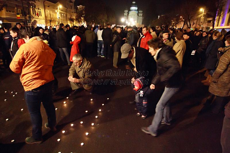 Un grup de protestatari aprind lumânări la mitingul spontan de susținere a fostului subsecretar de stat în Ministerul Sănătății și a serviciului de urgență SMURD, desfășurat în municipiul Tîrgu Mureș, joi 12 ianuarie 2012.