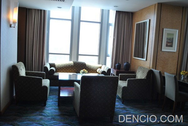Crowne Plaza Galleria Club Lounge Access 13