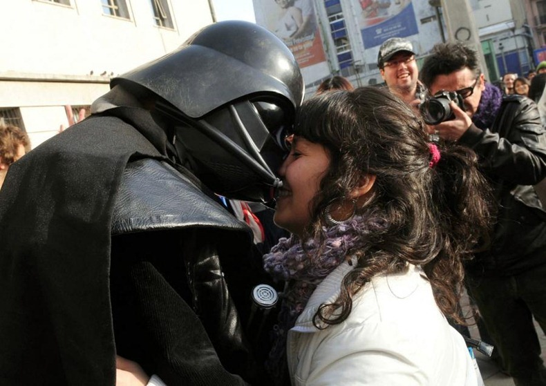 kissing-protest-4