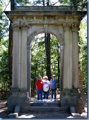 6844 Quebec - Gatineau Park - Mackenzie King Estate -Karen, Anne & Jim at the L'Arc de Triomphe