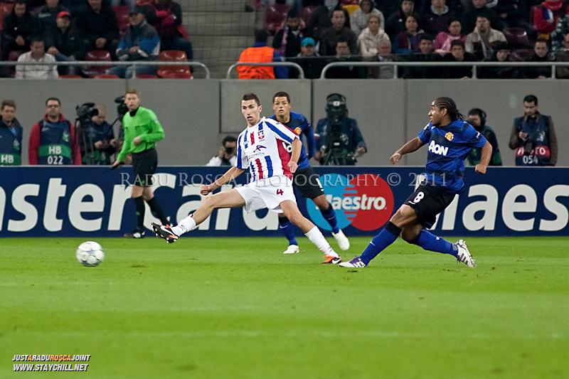 Anderson trimite o pasa de langa Ioan Filip in timpul meciului dintre FC Otelul Galati si Manchester United din cadrul UEFA Champions League disputat marti, 18 octombrie 2011 pe Arena Nationala din Bucuresti.