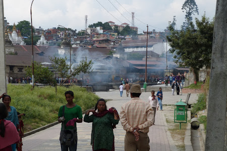 Imagini Nepal: fumul de morti arsi de la Pashupatinath