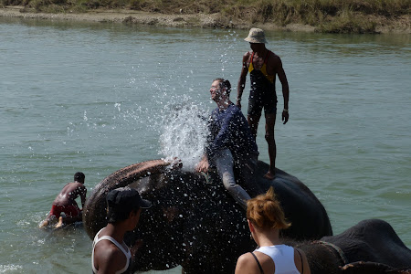 Imagini Nepal: dus cu elefantii Chitwan