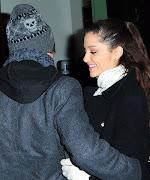 Ariana Grande se abraza con Jai Brooks, cuando ellos salen del Teatro .