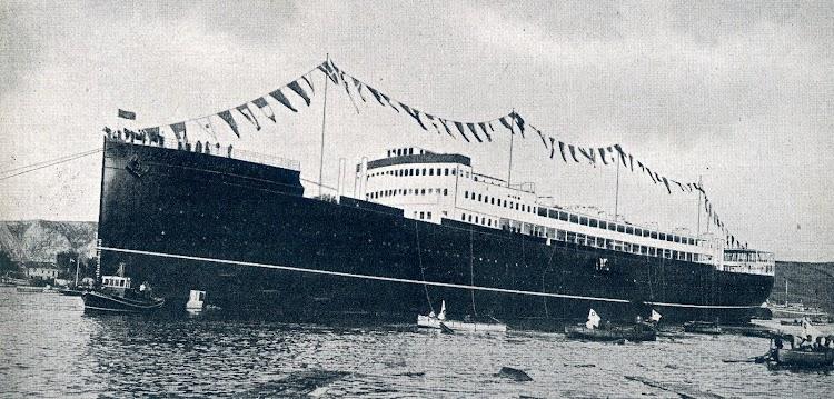 El ALFONSO XIII ya flotando y auxiliado por remolcadores. THE SHIPBUILDER. Abril de 1.921.JPG