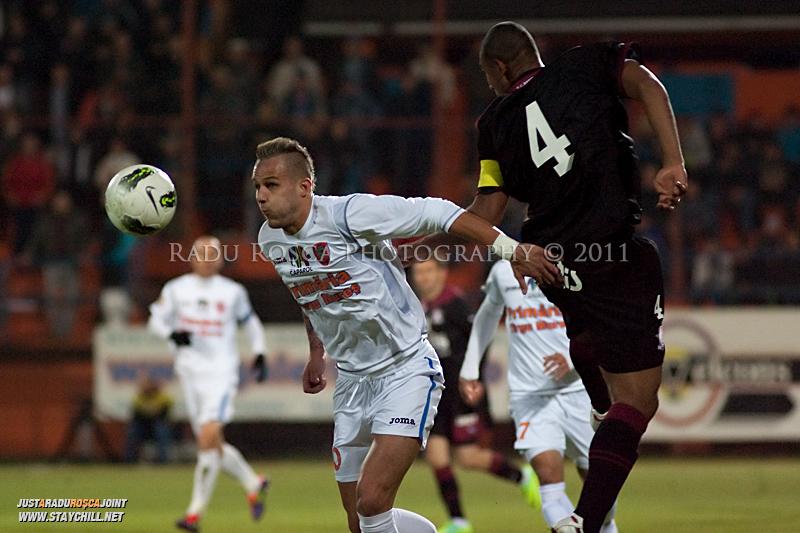 Danijel Subotic de la FCM si Marcos Antonio se dueleaza in timpul meciului dintre FCM Tirgu Mures si FC Rapid Bucuresti din cadrul etapei a XIII-a a Ligii Profesioniste de Fotbal, disputat luni, 7 noiembrie 2011, pe stadionul Transil din Tirgu Mures.