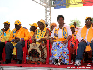 De gauche à droite, les cadres du PPRD Norbert Katintima,  Léornad Mashako, Philomène Omatuku, Marie-Ange Lukiana et Adolphe Lumanu, lors de la signature de la charte de la Majorité Présidentielle à Kinshasa, le 02/04/2011. Radio Okapi/Ph. John Bompengo
