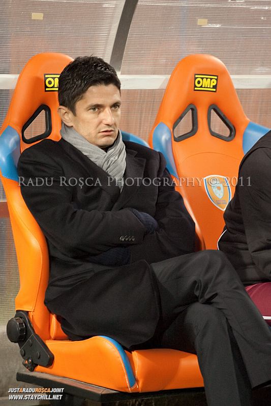 Antrenorul Razvan Lucescu Jr asteapta inceputul meciului dintre FCM Tirgu Mures si FC Rapid Bucuresti din cadrul etapei a XIII-a a Ligii Profesioniste de Fotbal, disputat luni, 7 noiembrie 2011, pe stadionul Transil din Tirgu Mures.
