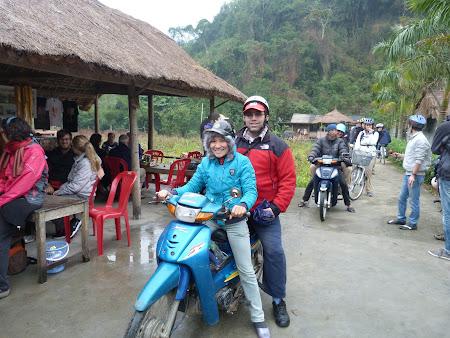 63. cu motocicleta in Cat Ba.JPG