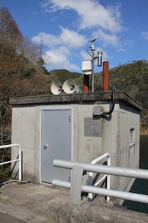 百谷ダム放流設備を望む
