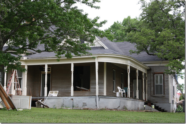 Cote de texas fixer upper for Chip and joanna gaines farmhouse address