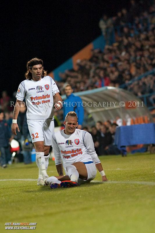Borislav Topic de la FCM il consoleaza pe Danijel Subotic, la o accidentare a acestuia in timpul meciului dintre FCM Tirgu Mures si FC Rapid Bucuresti din cadrul etapei a XIII-a a Ligii Profesioniste de Fotbal, disputat luni, 7 noiembrie 2011, pe stadionul Transil din Tirgu Mures.